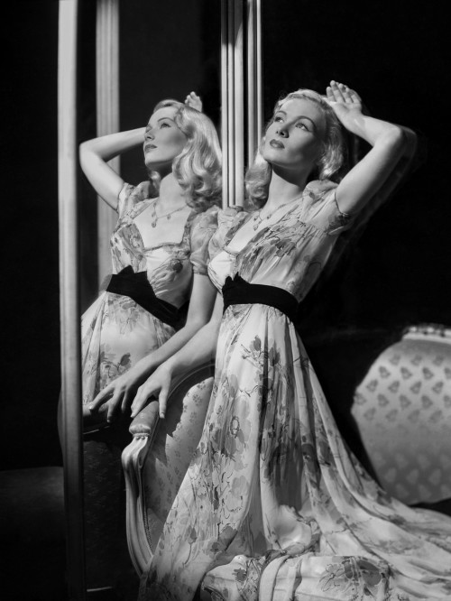 Veronica Lake: Glamour in Mirror